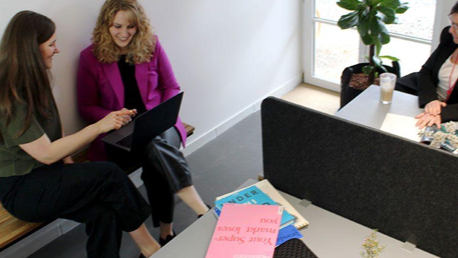 Coworkerinnen besprechen Idee